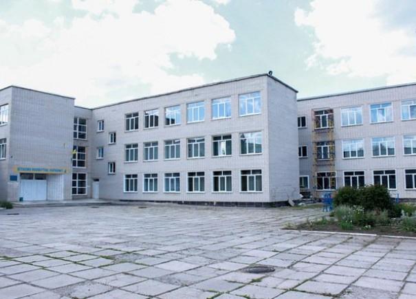 У Верхньодніпровській школі встановили майже 200 нових енергозберігаючих вікон